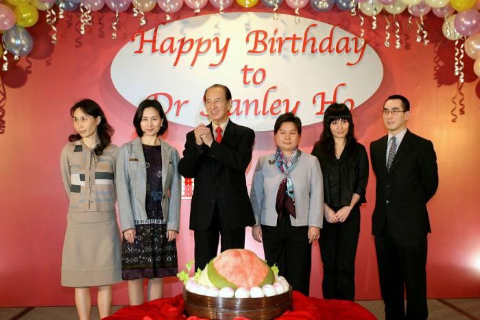 Một bức ảnh tháng 11-2006 cho thấy Stanley Ho, ở giữa, vào sinh nhật lần thứ 85 của ông, từ trái sang, các con gái Daisy, Pansy, Maisy, Josie và con trai Lawrence ở Hồng Kông.